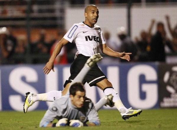 EL CAPO. Con felinos reflejos y astucia gatuna, Emerson se coronó como el mejor jugador de la Final de la Libertadores. (Foto: Reuters)