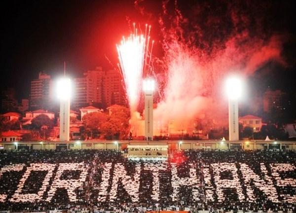 EL ESTADIO. Corinthians tuvo un espectacular recibimiento en el pequeño estadio Pacaembú. (Foto: AFP)