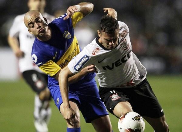 LE CALAMIDAD. Si bien peleó todos los balones, también anduvo peleado con la pelota. Santiago Silva tuvo una noche para olvidar. (Foto: Reuters)