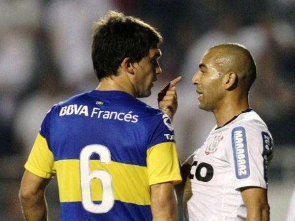 EL DUELO. Leandro Carusso y Emerson tuvieron un duelo aparte. A los golpes lo ganó el de Boca, en la cancha el brasileño. (Foto: Reuters)