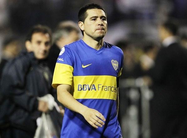 EL HOMENAJE. Juan Román Riquelme mostró enteresa al consolar a sus compañeros y saludar al equipo campeón. El '10' no seguirá en Boca. (Foto: Reuters)