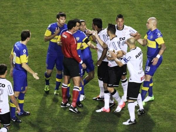 KAZUKI ITO. Impecable actuación de Wilmer Roldán. A pesar de la presión de ambos equipos, el colombiano no tuvo inconvenientes para manejar el partido cuando los ánimos se caldeaban. (Foto: Reuters)