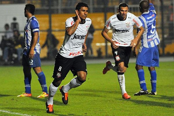 Dentro de un equipo muy parejo, Paulinho es uno de los que más destacó durante los últimos encuentros del timao en la Libertadores (Foto: AFP)
