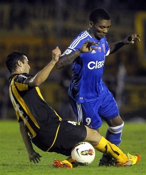 La capacidad de Junior Fernandes para moverse por todo el frente de ataque de los azules lo tiene como el goleador y una pieza vital en el once de Jorge Sampaoli (Foto: AP)
