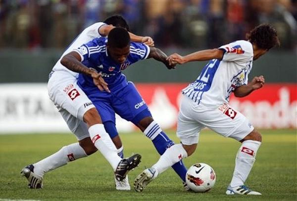 Su estilo de juego le permitió ganarse un puesto en el once de la Universidad de Chile que con Jorge Sampaoli requiere de jugadores que se adapten a una gran exigencia física (Foto: AP)