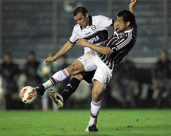 Olimpia pasó algún apuro contra Fluminense pero al final se impuso con una defensa dura y un ataque letal cuando se lanza en busca del gol (Foto: EFE)