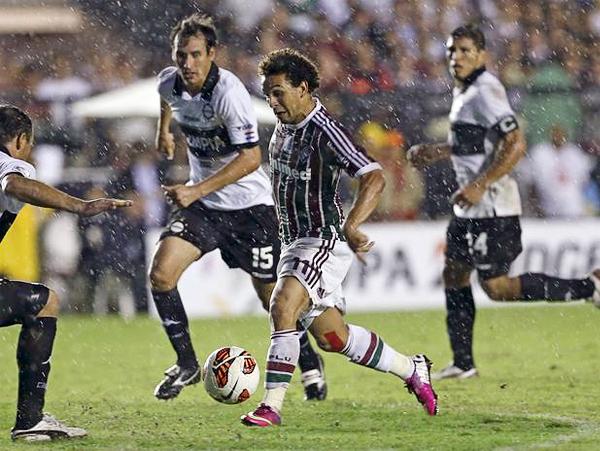 Fluminense no tuvo claridad para abrir el marcador ante una recia defensa como la que impuso Olimpia, la misma que aquí encara Wellington Nem (Foto: AP)