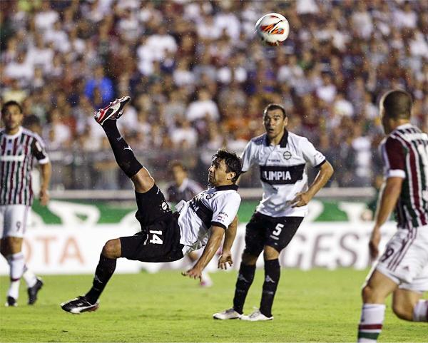 Eduardo Aranda ensaya una chalaca con poco acierto, igual a cuando se fue expulsado en la parte final ante Fluminense (Foto: AP)