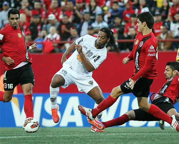 El brillo de Ronaldinho no fue tan alto en el estadio Caliente pero igual causó alboroto entre los defensas del Tijuana (Foto: Mexsport)