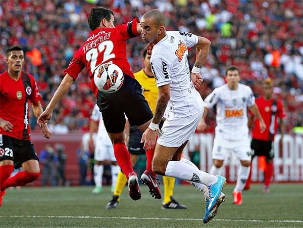 Diego Tardelli, autor del primer gol brasileño, se saca de encima a Juan Carlos Núñez y se alista para enfilar un remate (Foto: Imago 7)