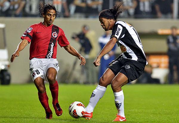 Solo chispazos de fútbol mostró Ronaldinho que se hizo extrañar en el campo por su equipo en una sufrida clasificación (Foto: AFP)