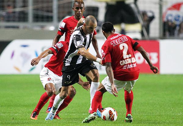 Con pocos espacios Atlético Mineiro tuvo serias dificultades para hacer daño, tal como aquí que Diego Tardelli se ve rodeado por la defensa del conjunto mexicano (Foto: EFE)