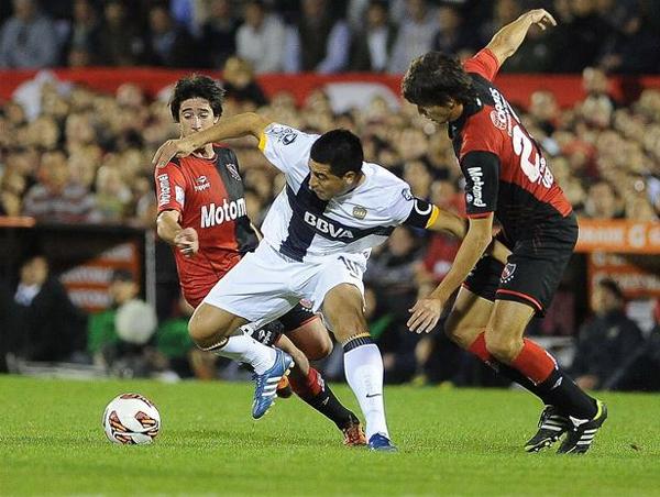 Con el planteo defensivo del equipo xeneixe, Juan Román Riquelme apenas si apareció en la cancha, aunque cuando lo hizo generó dos claras ocasiones (Foto: AP)