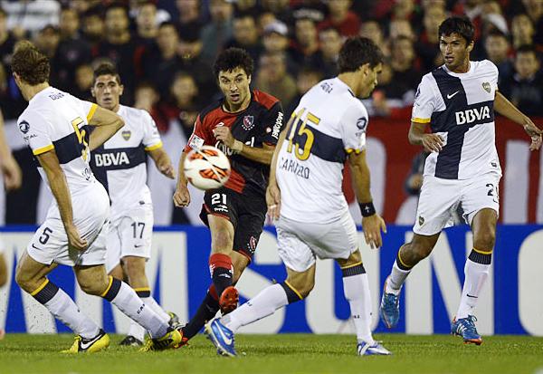 Boca apostó desde el inicio a defender en su campo, algo que Ignacio Scocco sufrió ya que no tuvo espacios para hacer daño (Foto: AFP)