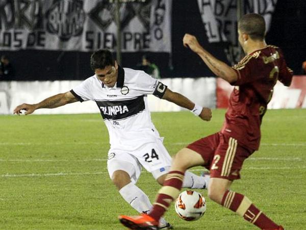 Richard Ortiz, como todo buen capitán, llevó hacia adelante a su equipo en busca del darle vuelta al marcador (Foto: AFP)