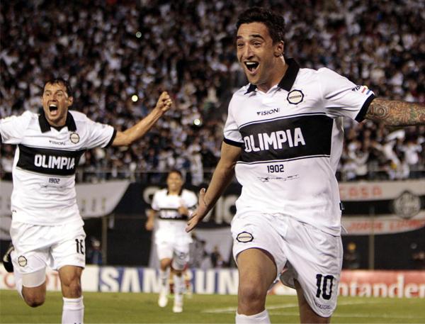 Olimpia encontró su pase a semifinales con los goles de Juan Manuel Salgueiro que desataron un festejo que se hizo esperar en el equipo más copero de Paraguay (Foto: EFE)