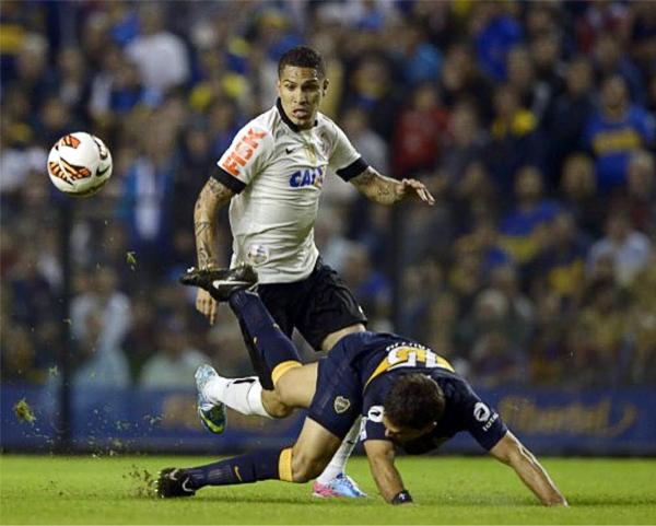 Paolo Guerrero visitó por primera vez La Bombonera pero tuvo pocas chances para anotar, como que lo mejor que hizo fue estrellar un remate en el palo izquierdo de Agustín Orión (Foto: AFP)