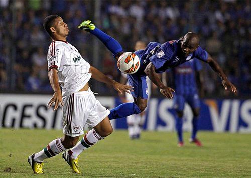 Marcos Caicedo pasa de largo mientras Samuel se queda con el balón cuando el partido aún estaba igualado (Foto: AP)