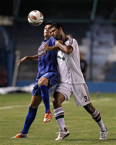 La ardua disputa por la pelota corresponde a Marcos Mondaini, la figura de Emelec, y el central brasileño Gum que pasó problemas para controlar al argentino (Foto: AP)