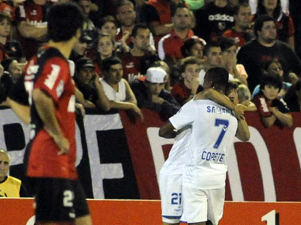 El intenso partido en Rosario encontró a su vencedor luego que Agustín Allione, aquí celebrando con Jonathan Copete, marcara el único tanto del partido (Foto: EFE)