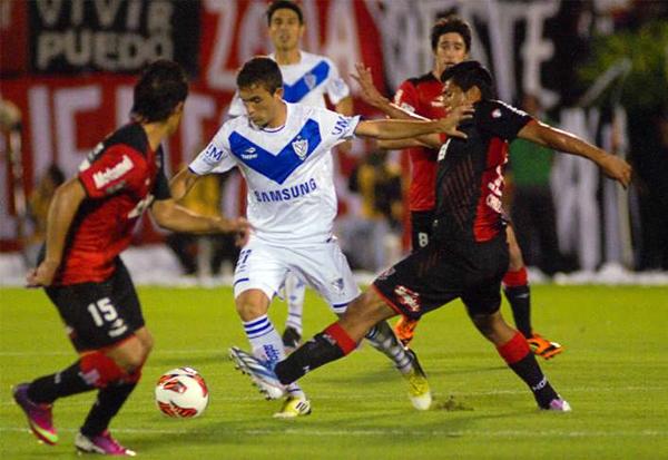 Un intenso duelo en el mediocampo se dio en el estadio Marcelo Bielsa, tal como en esta acción entre Franco Razzotti y Rinaldo Cruzado (Foto: AP)