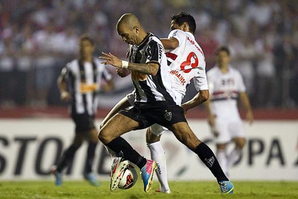 Atlético Mineiro superó una dura prueba ante Sao Paulo luego que Diego Tardelli lograra anotar para darle vuelta al partido (Foto: EFE)
