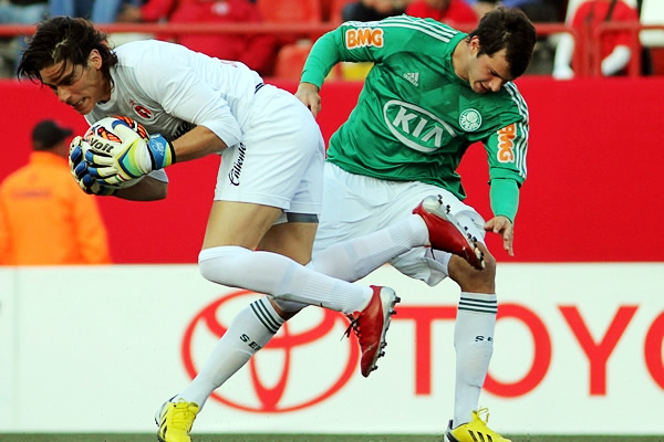 El golero Cirilo Saucedo mantiene seguro su arco ante la presencia de Kléber (Foto: AFP)