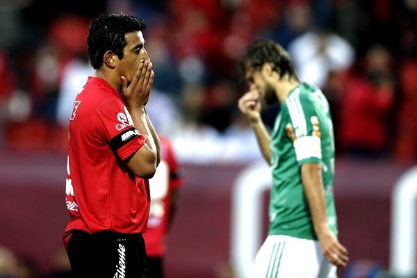El experimentado delantero argentino Alfredo Moreno se lamenta una ocasión perdida, situación que Xolos Tijuana repetió más de una vez (Foto: AP)