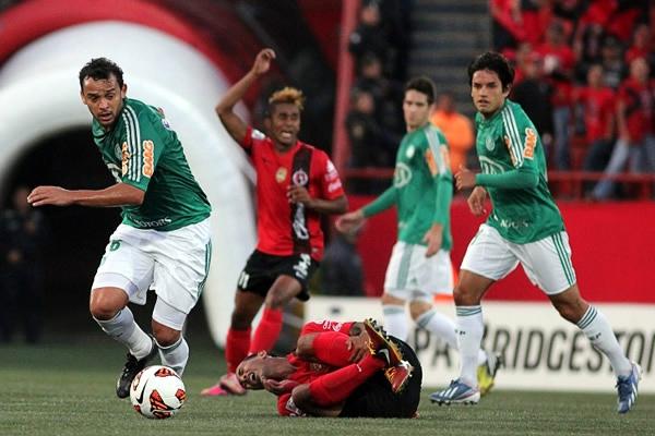 Palmeiras se llevó un punto del estadio Caliente, tal como Charles se lleva el balón mientras Édgar Castillo yace tendido en el campo (Foto: AFP)