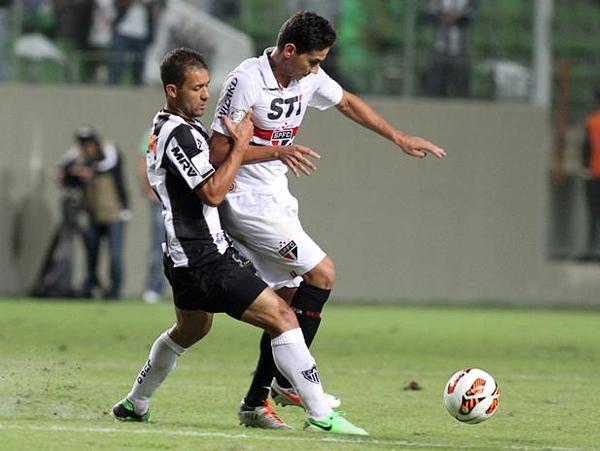 Paulo Ganso tuvo una complicada tarea para intentar llevar el ataque de Sao Paulo ante la mejor disposición en el campo del Mineiro (Foto: EFE)