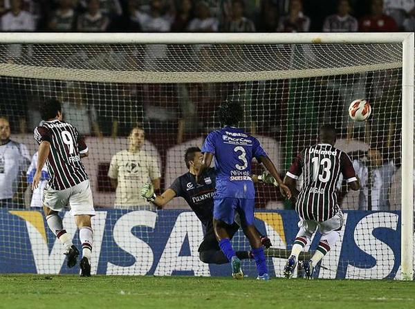 Cuando la ausencia de un gol se sentía en el partido, Fred aprovechó una distracción defensiva de Emelec y abrió la cuenta con golpe de cabeza (Foto: EFE)