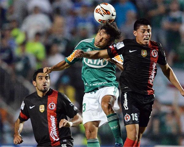 Los pelotazos al área del Tijuana fueron la tónica de Palmeiras para intentar llegar al gol durante casi todo el partido (Foto: AFP)