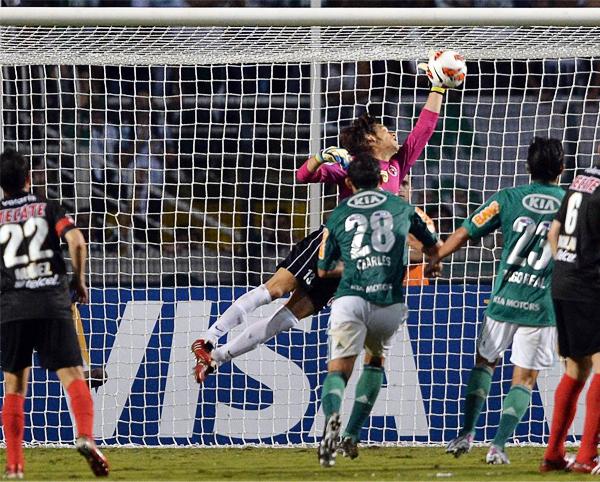 Cirilo Saucedo, arquero del Tijuana, logra desviar al tiro de esquina un peligroso remate de Palmeiras en una de las pocas veces que fue exigido en serio (Foto: AFP)