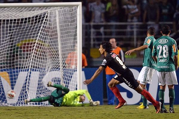 Fernando Arce prácticamente liquidó la esperanza de Palmeiras por avanzar a Cuartos de Final de la Libertadores luego de anotar un golazo desde fuera del área (Foto: AFP)
