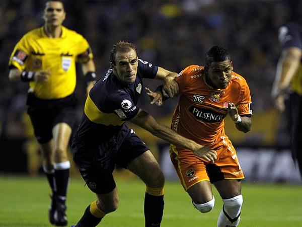 El duelo entre Boca y Barcelona tuvo como protagonistas a los jugadores y el árbitro, el brasileño Ricardo Marques Ribeiro, que acabó por influir en el partido (Foto: AFP)