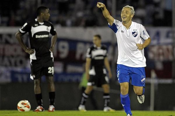 Nacional empezó a sentir la miel del triunfo luego que Israel Damonte marcó el segundo tanto del equipo uruguayo sobre Toluca (Foto: AP)