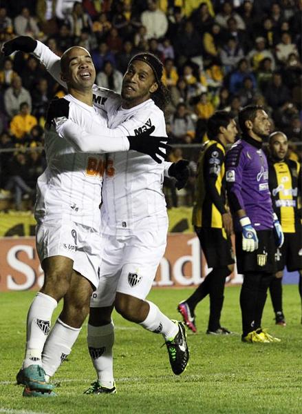 Atlético Mineiro festeja de cancha en cancha en esta Libertadores. Esta vez su víctima fue The Strongest, que vio como Diego Tardelli y Ronaldinho se llevaron todos los aplausos (Foto: AP)