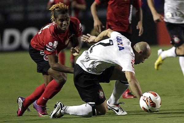Xolos Tijuana intentó hacerle pelea al Corinthians pero el juego de los brasileños resultó muy superior (Foto: AP)