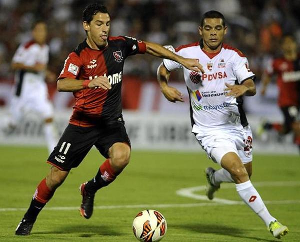 Newell's avanza en la Copa tal como el 'Maxi' Rodríguez sobre la defensa del Deportivo Lara (Foto: EFE)