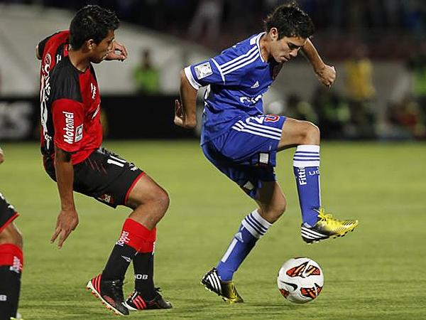 En su segundo partido con Newell's, Rinaldo Cruzado ya se adueñó de los cobros a balón detenido aparte de cumplir con su función mixta en el campo (Foto: Agencia Uno)