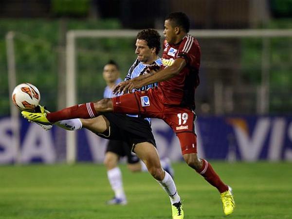 El gol de Elano le quedó corto a Gremio ante el juego más efectivo del Caracas que obtuvo un histórico triunfo (Foto: AP)