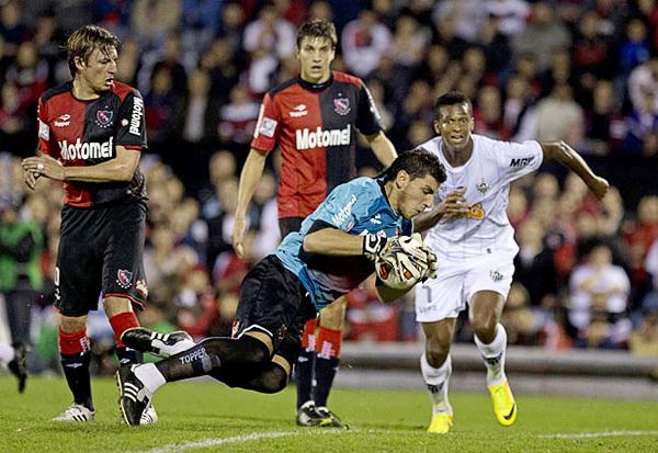 El arco de Newell's tuvo en Nahuel Guzmán una barrera más para culminar el encuentro sin un gol recibido pese a los intentos de Atlético Mineiro con Jo a la cabeza (Foto: AP)