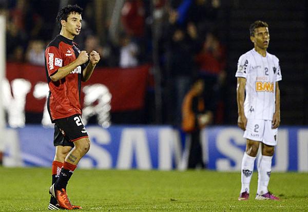 Ignacio Scocco se apuntó con un golazo de tiro libre que le da cierta tranquilidad a Newell's pensado en el partido de vuelta contra los brasileños (Foto: AFP)