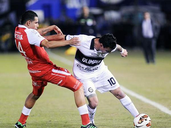 John Jairo Valencia marca de forma ajustada a Juan Manuel Salgueiro que luego de estar peleado con el balón acabó expulsado en una acción sin sentido contra Gerardo Bedoya (Foto: AFP)