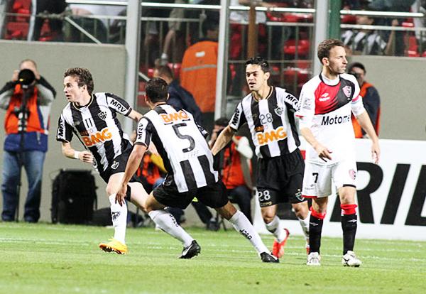 Nada más comenzado el partido Bernard sacó máximo provecho de un gran pase de Ronaldinho para abrir la cuenta en Belo Horizonte (Foto: EFE)