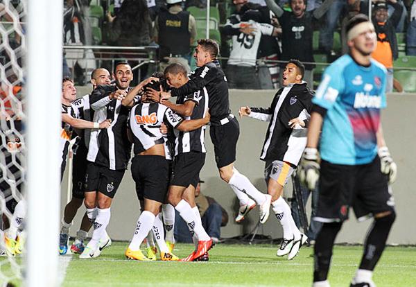 Un rechazo hacia fuera del área le permitió a Guilherme vencer con un fuerte remate a Nahuel Guzmán y forzar así la tanda de penales en la que Atlético Mineiro clasificó a la final (Foto: EFE)