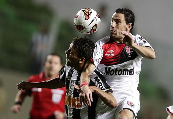 Estando a un solo gol de igualar la llave, el Mineiro apeló a los centros para intentar llegar a su objetivo pero la defensa de Newell's siempre estuvo a la altura para cortar todo peligro por arriba (Foto: AP)