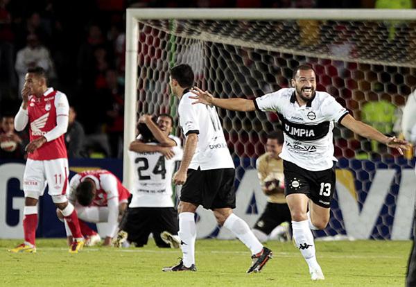 El triunfo fue colombiano pero la celebración paraguaya, como la de Carlos Paredes, uno de los jugadores con más experiencia de Olimpia (Foto: Reuters)