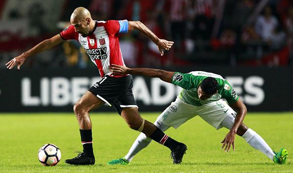 Con la 'Brujita' Juan Sebastián Verón y sus ganas de seguir jugando de manera oficial, Estudiantes sumó tres puntos importantes. (Foto: AP)
