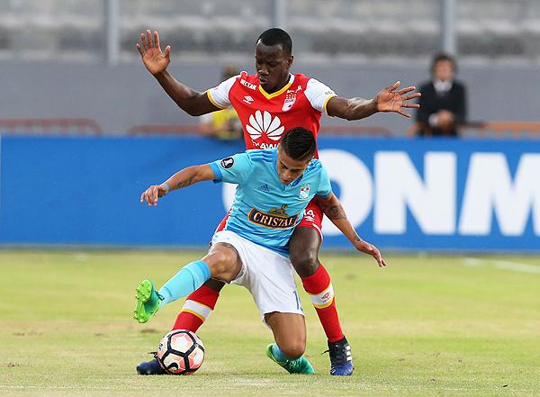 Santa Fe se llevó de encuentro a Cristal en el Nacional. Los rimenses acabaron con más pena que gloria su temporada internacional. (Foto: EFE)